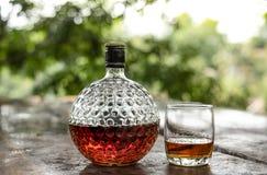 Den gamla glasflaskan av kv?v whisky arkivbild