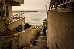 Den gamla gränden öppnar till havet Arkivfoton