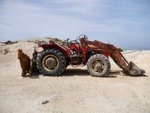 Den gamla grävaren på vilar på sandig jordning Royaltyfri Foto