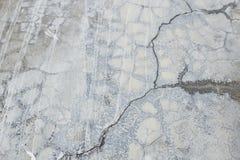 Den gamla gråa väggen bröt betong Royaltyfri Foto