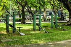 Den gamla gröna gungbrädet parkerar adress fotografering för bildbyråer