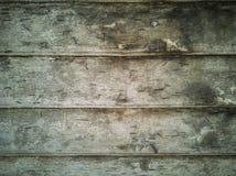 Den gamla gröna Wood plankan med spikar royaltyfri foto