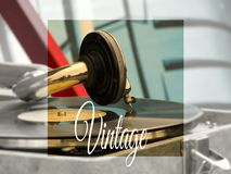 Den gamla grammofonen på tabellen Arkivfoton