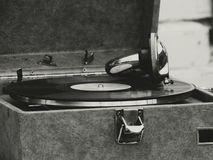 Den gamla grammofonen på tabellen Arkivbilder