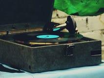 Den gamla grammofonen på tabellen Royaltyfria Foton