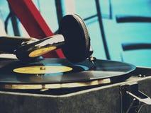 Den gamla grammofonen på tabellen Arkivbild
