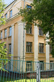 Den gamla gula byggnaden Royaltyfria Foton
