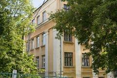 Den gamla gula byggnaden Royaltyfri Fotografi