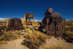 Den gamla guld- minen bearbetar med maskin och hjälpmedel som överges i Bodie Ghost Town arkivbild