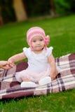 Den gamla härliga 4 månaden behandla som ett barn flickan i rosa färgblommahatt och ballerinakjol Royaltyfri Foto