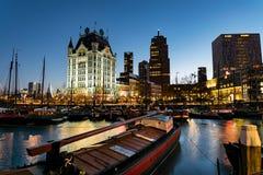 Den gamla hamnen av Rotterdam på den blåa timmen arkivfoto