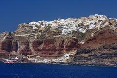 Den gamla hamnen och staden Oia på Santorini sluttar Arkivbilder