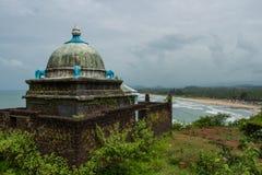 Den gamla hinduiska templet är överst av en kulle Arkivbild