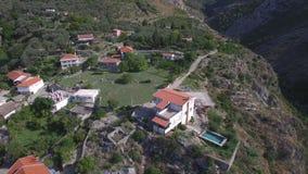 Den gamla historiska fästningen fördärvar och den forntida byn med bergpasserandet stock video