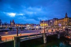 Den gamla holländska bron på nattetid mot rusar moln Royaltyfri Fotografi