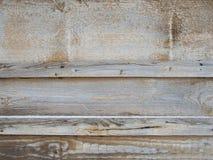 Den gamla horisontalrandiga träväggen, staketet, bakgrund med spikar och knäcker arkivbilder
