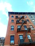 Den gamla hyreshusen går-upp hyreshus i den övreöstliga sidan NYC för den historiska grannskapen royaltyfria foton