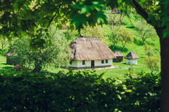 Den gamla Jerry Houses Between Green Trees, landsstättan, naturen, semester och vilar, tonat Fotografering för Bildbyråer