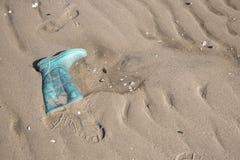 Den gamla kängan och kängafoten skrivar ut på sand Royaltyfria Bilder