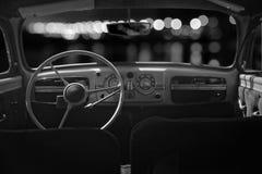 Den gamla kabinen, konsolen och styrningen rullar in en retro bil för tappning Ni Arkivbild