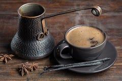Den gamla kaffekrukan och koppen av varmt kaffe är amerikanska Arkivbild