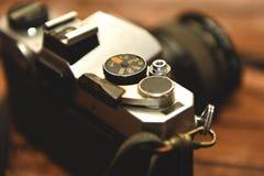 Den gamla kameran med försilvrar järnmaterial arkivbilder