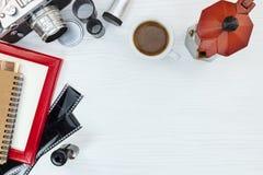 Den gamla kameran, den tomma fotoramen, negativa filmer och rött kaffe lägger in Arkivbild