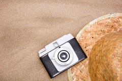 Den gamla kameraskyddsglasögon snorklar och beskjuter röret på sand Royaltyfria Bilder