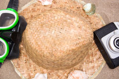 Den gamla kameraskyddsglasögon snorklar och beskjuter röret på sand Royaltyfri Bild