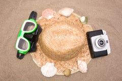 Den gamla kameraskyddsglasögon snorklar och beskjuter röret på sand Fotografering för Bildbyråer