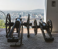 Den gamla kanonen på lavett siktar till Graz, Österrike Arkivbilder
