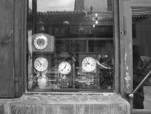 Den gamla klockan shoppar Arkivbilder