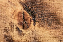 Den gamla knöt spruckna busen texturerade plankan - detalj Royaltyfri Bild