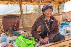 Den gamla kullestamkvinnan gör ett hemslöjdarmband på Doi Ang Khang Royaltyfri Fotografi