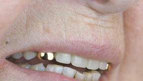 Den gamla kvinnan åldrades 80-tal som ler med falska tänder stock video