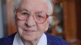 Den gamla kvinnan i exponeringsglas lager videofilmer