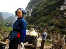 Den gamla kvinnan i guangxi Arkivfoton