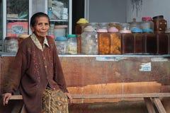 Den gamla kvinnan och hon shoppar i Bali Arkivfoton