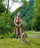 Den gamla kvinnan som går i sommar, parkerar Royaltyfri Bild