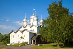 Den gamla kyrkan av helgon Boris och Gleb, Juli dag novgorod veliky russia royaltyfri bild