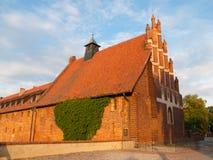 Den gamla kyrkan av helgonet Lawrence i Malbork fäller ned slotten Royaltyfri Bild