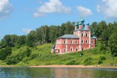 Den gamla kyrkan av symbolen av vår dam av Kazan på vänstersidabanken av Volgaet River Tutaev & x28; Romanov-Borisoglebsk& x29; , Arkivfoton
