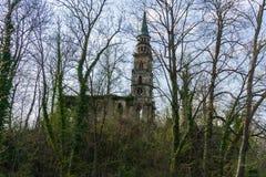 Den gamla kyrkan fördärvar på en ö i sjön royaltyfria foton