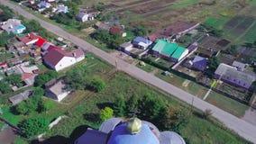 Den gamla kyrkan i den ryska byn Aero video som filmar 01 arkivfilmer