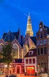 Den gamla kyrkliga Ouden Kerk i den Amsterdam staden på natten, Nederländerna arkivfoton