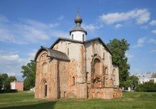 Den gamla kyrkliga Paraskevyen fredag i Veliky Novgorod Royaltyfria Bilder