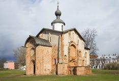 Den gamla kyrkliga Paraskevyen fredag, molnapril dag novgorod veliky russia Royaltyfri Foto
