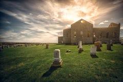 Den gamla kyrkogården med den forntida kyrkan fördärvar Royaltyfri Foto