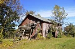 Den gamla ladugården som faller in i, fördärvar Royaltyfria Foton