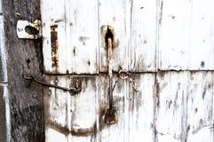 Den gamla ladugårddörren med låser Royaltyfria Bilder